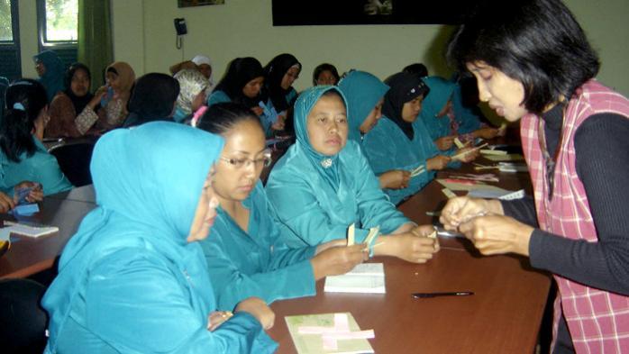 Peringati Hari bumi dengan Pelatihan Pemanfaatan Limbah Plastik untuk Masyarakat Desa