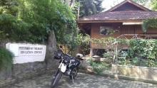 Parkir samping guest house Penyu