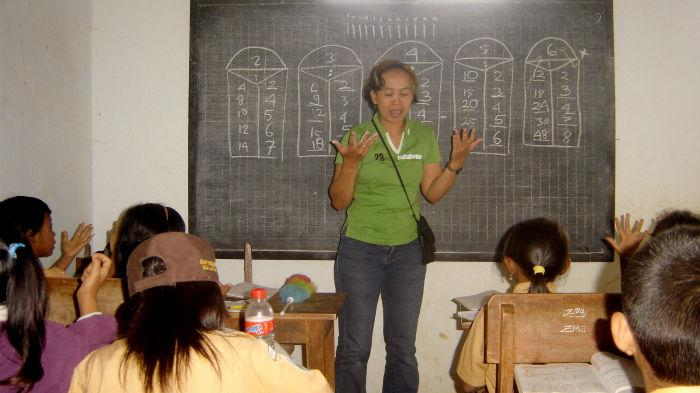 Guru bantu P-WEC sedang mengajar matematika pada siswa-siswi SDN 3 Kucur